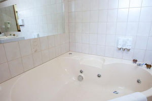 Queen Spa Room - Golden Grain Motor Inn Horsham